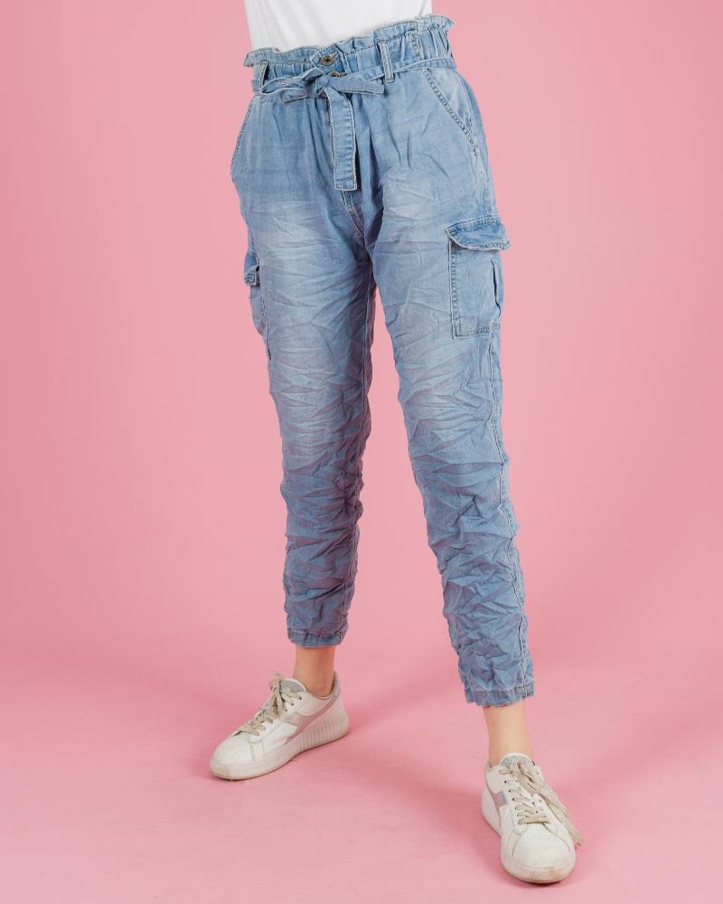 jeans con grinze con cintura a vita