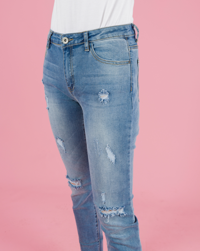 jeans strappati con orlo sfrangiato