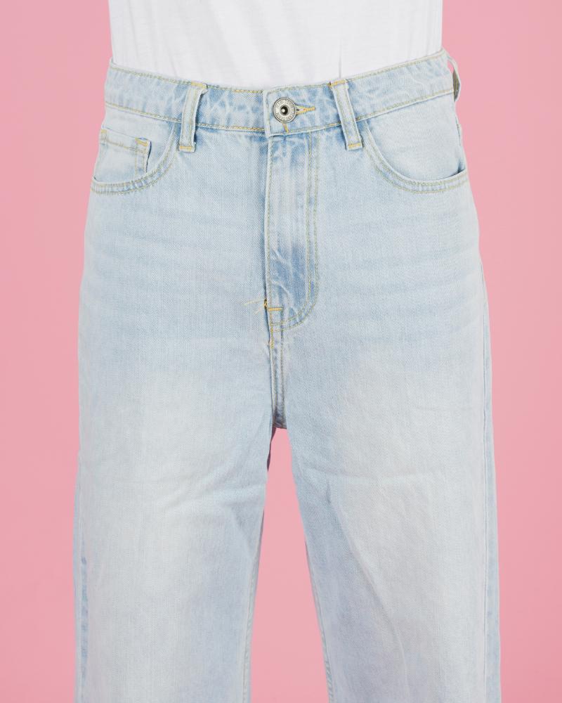 Jeans chiari a palazzo con orli sfrangiati