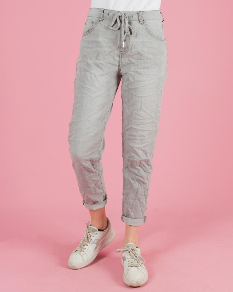 jeans stropicciato con elastico in vita