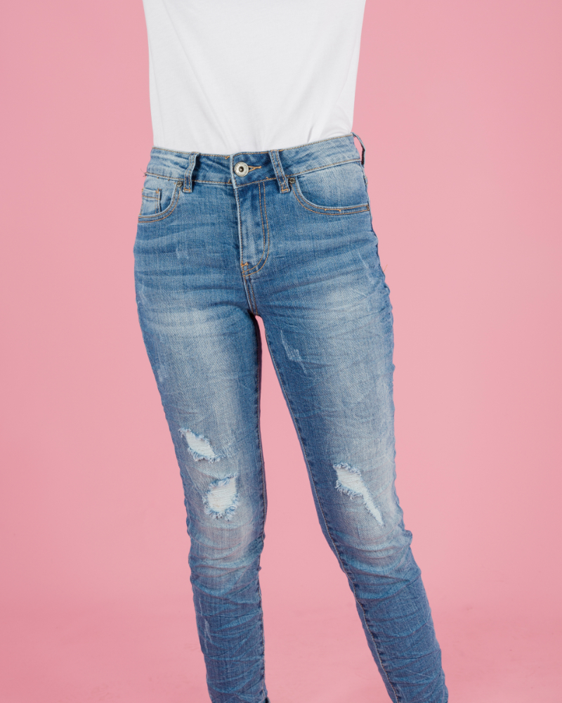jeans stretti strappati con grinze
